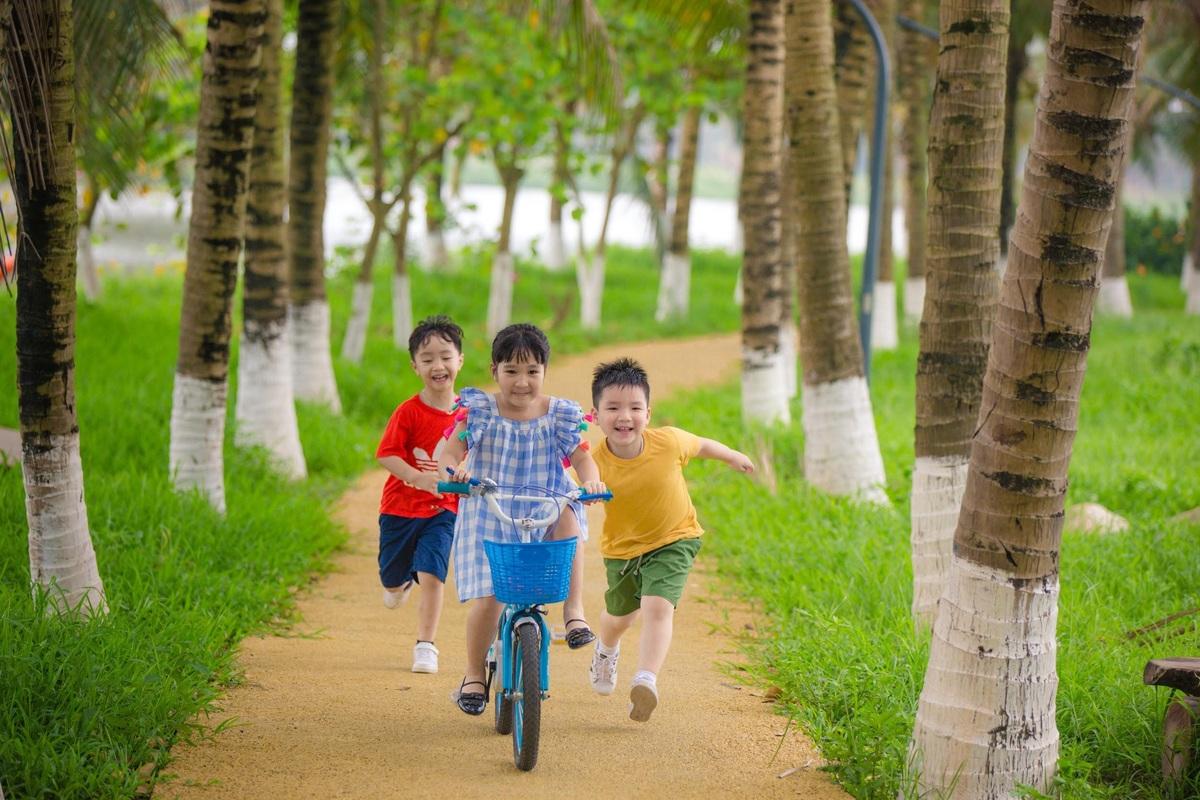trẻ em chơi tại ecopark